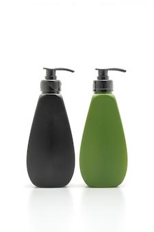 Botella de champú o acondicionador para el cabello en blanco