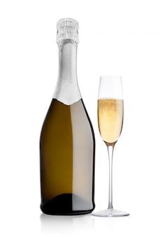 Botella y copa de champán amarillo sobre fondo blanco.