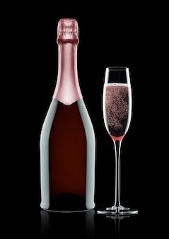 Botella y copa de champán rosa rosa sobre fondo negro