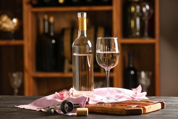 Botella y copa de vino en la mesa