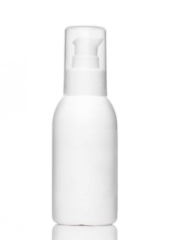 Botella cosmética blanca con dispensador y tapa transparente aislado sobre un fondo blanco.
