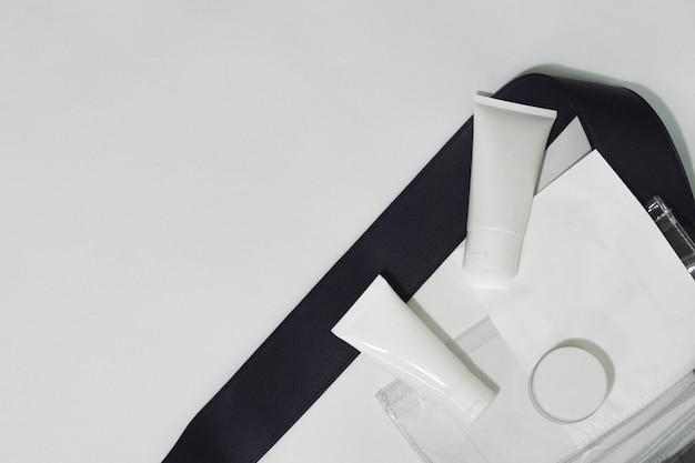 Botella cosmética envases producto blanco con bolsas.