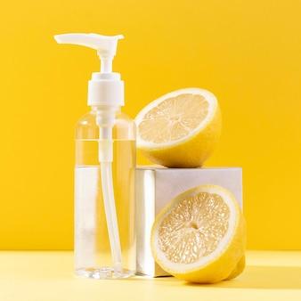 Botella cosmética con limón