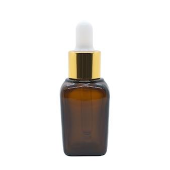 Botella cosmética marrón botella de suero cuentagotas de vidrio sobre fondo blanco, maqueta para el diseño de productos cosméticos