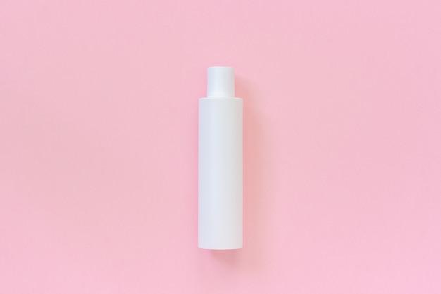 Una botella cosmética de plástico blanca en blanco para champú, loción, crema, otro producto cosmético