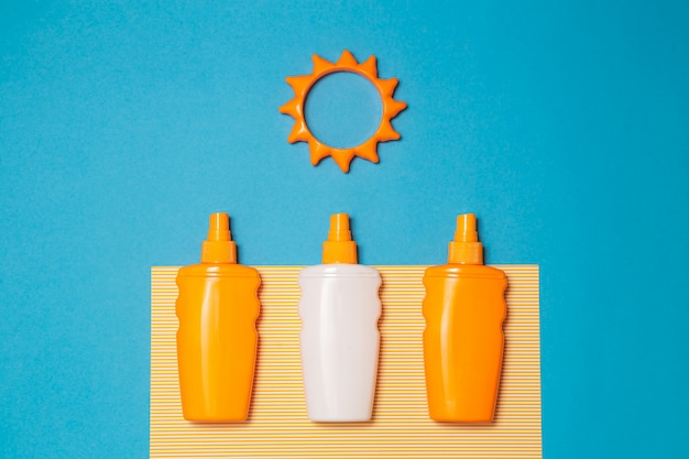 Botella de crema solar o loción con juguete solar