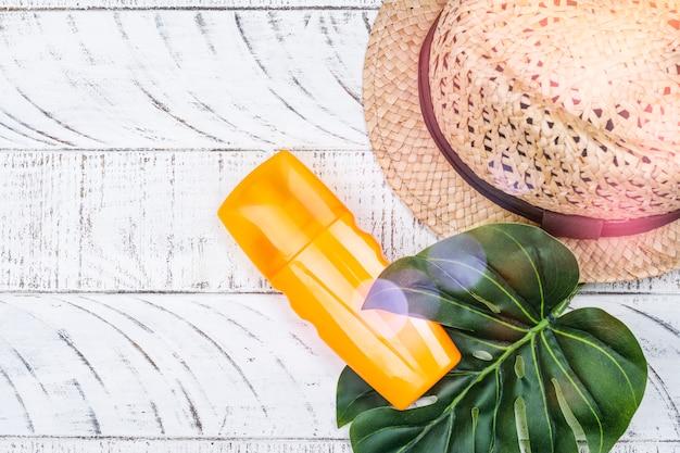 Botella de crema solar y spray.
