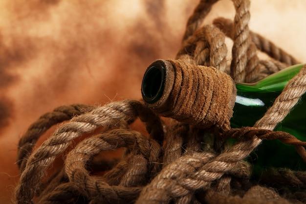 Botella y cuerda viejas