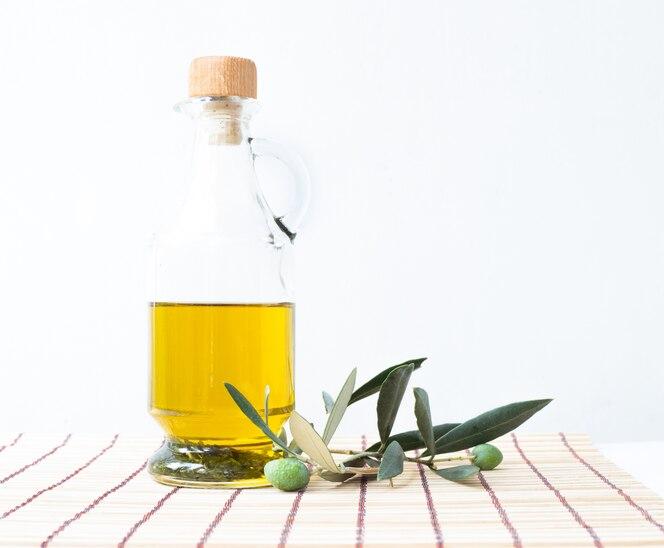 Botella de vidrio de aceite de oliva.
