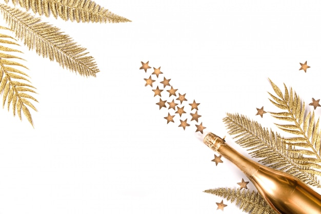Botella decorada de champán dorado. símbolo de navidad.