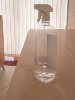 Botella desinfectante con alcohol en aerosol, desinfectante antibacteriano dispersante que evita la propagación de gérmenes, bacterias, virus en el escritorio de la oficina.