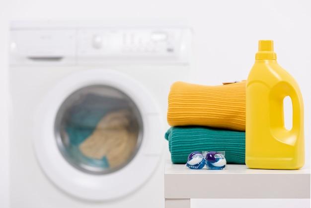 Botella de detergente amarilla con pastillas para lavar