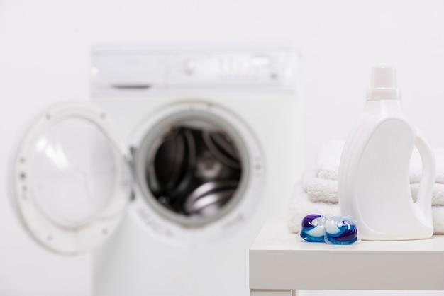 Botella de detergente blanca con pastillas para lavar