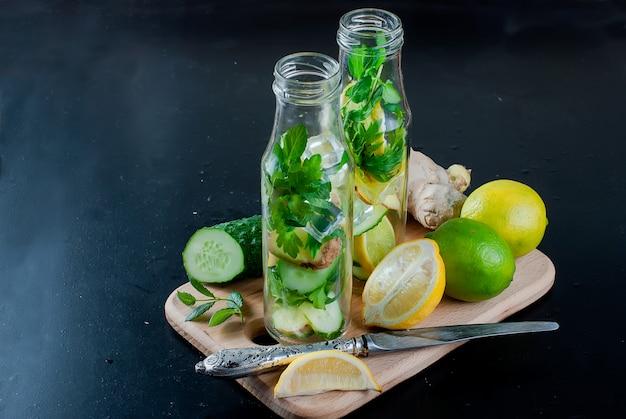 Botella con detox orgánico, pepino fresco, limón y agua de menta.