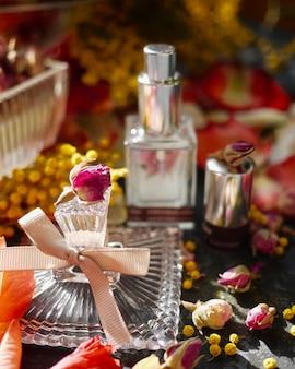Una botella fragante vintage con flor.