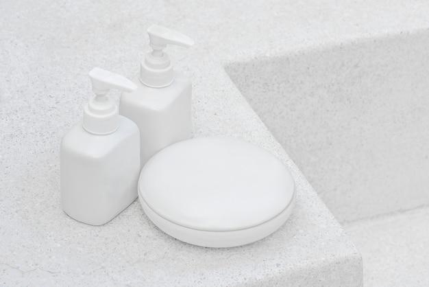 Botella de gel de baño blanco sobre un piso de mármol