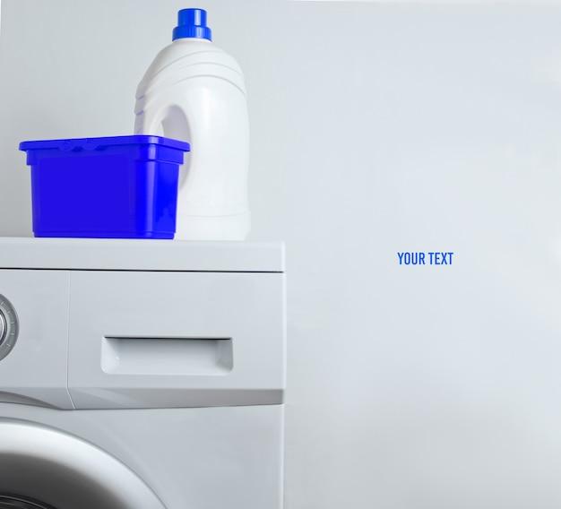 Botella de gel de lavado, caja de polvo en lavadora. copia espacio