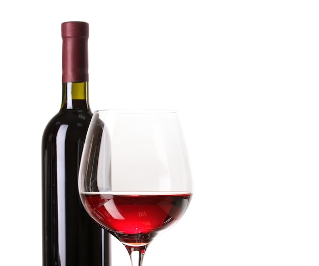 Botella de gran vino y copa de vino aislado en blanco