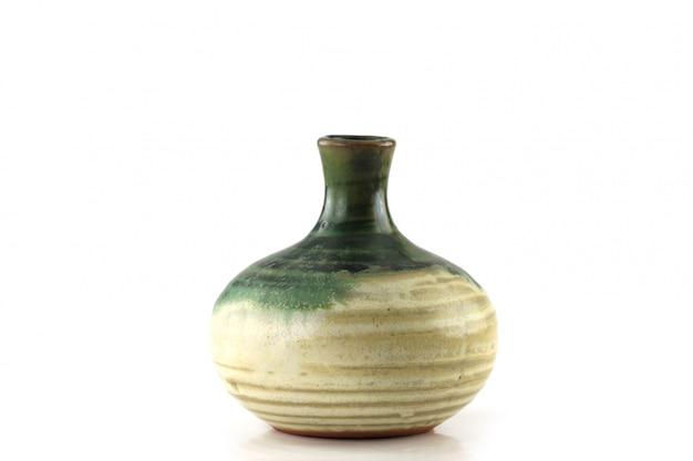 Botella japonesa del motivo aislada en el fondo blanco.