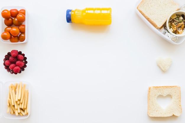 Botella de jugo cerca de comida saludable