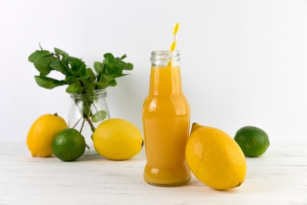 Botella de jugo fresco casero en mesa
