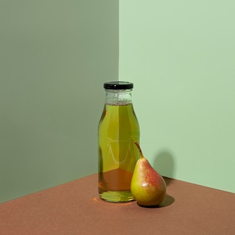 Botella de jugo de pera delicioso