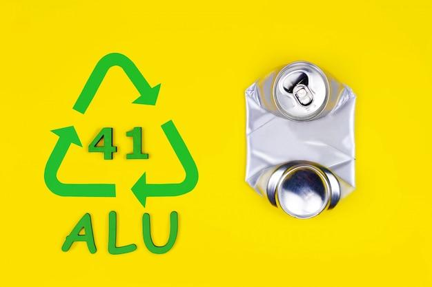 Botella de latas de metal comprimido de aluminio comprimido y símbolo de signo de reciclaje con fondo de código. cero desperdicio
