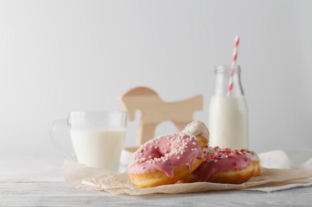 Botella de leche y donas en la mesa