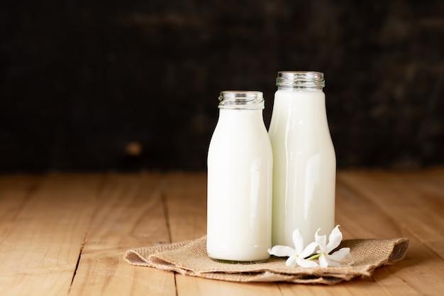Botella de leche fresca y vidrio