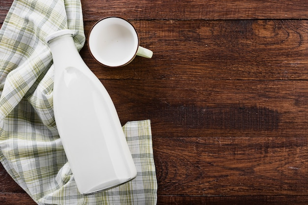 Botella de leche plana con taza