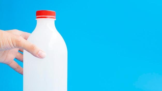 Botella de leche con tapa roja