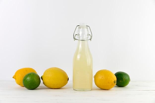 Botella de limonada casera fresca con lima.