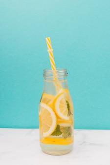 Botella de limonada con pajita