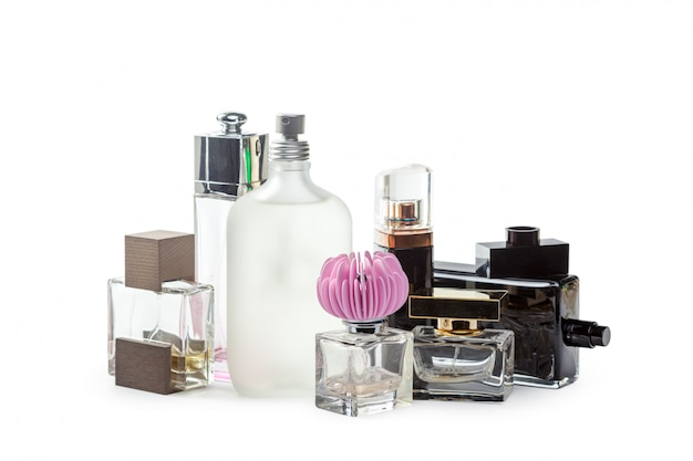 Botella de perfume aislada de fondo blanco