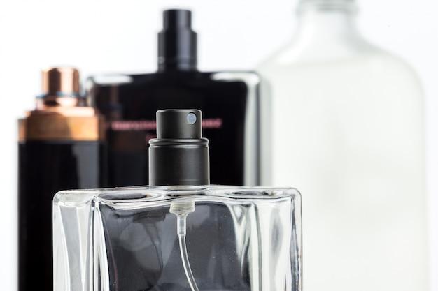 Botella de perfume aislado