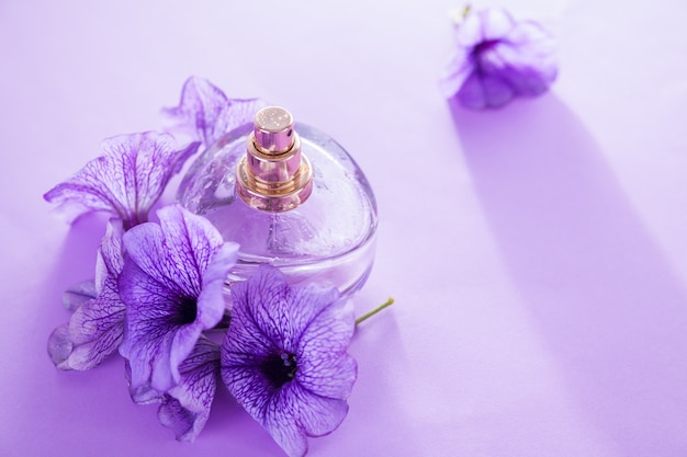 Botella de perfume con flores. fragancia floral cosmética orgánica