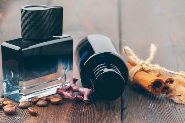 Botella de perfume negra colocada sobre una mesa de madera