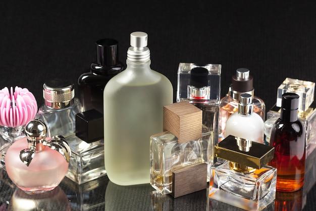 Botella de perfume en la oscuridad