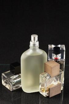 Botella de perfume en un oscuro