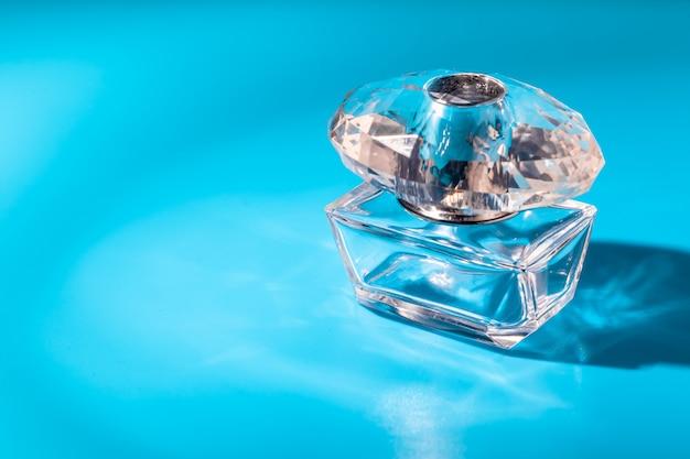 Botella de perfume de vidrio. eau de toilette