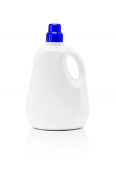 Botella plástica detergente de empaquetado en blanco aislada en el fondo blanco