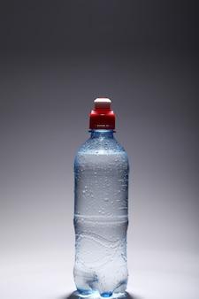 Botella de plástico de agua fresca y fría.