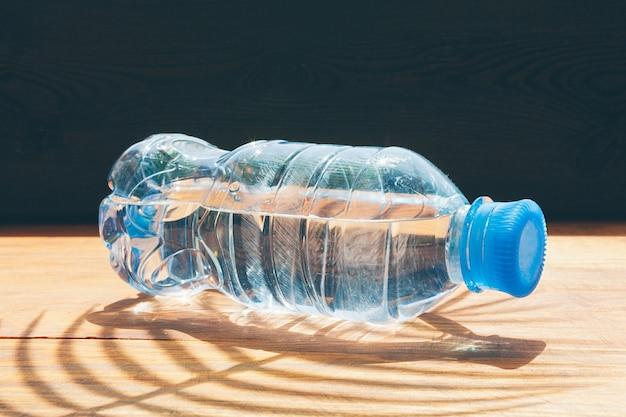 Botella de plástico de agua potable. vida saludable