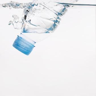 Botella de plástico en agua