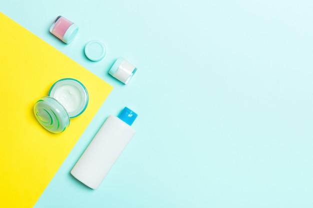 Botella de plástico para el cuidado corporal flat lay