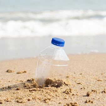 Botella de plástico dejada en la playa