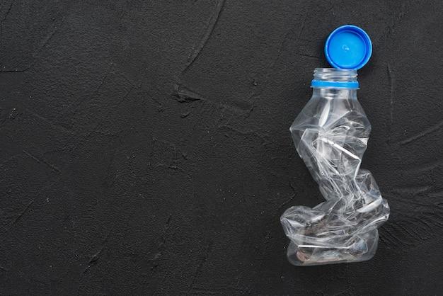 Botella de plástico vacío exprimido