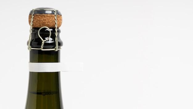 Botella de primer plano con espacio de copia