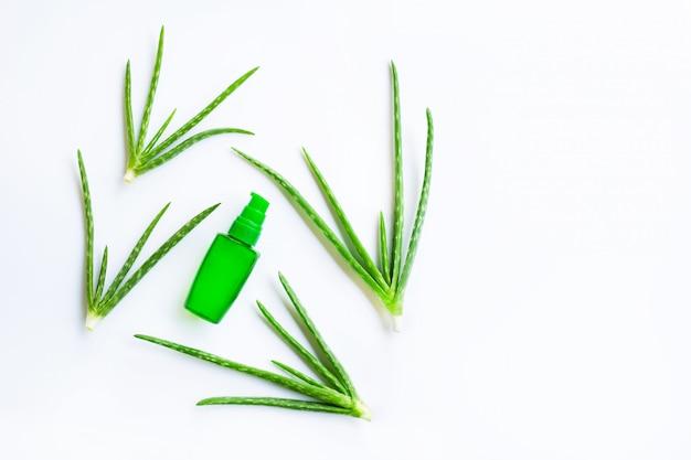 Botella de productos para el spa o cuidado de la piel. gel de aloe vera cosmético.
