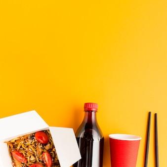 Botella de refresco con comida rápida china